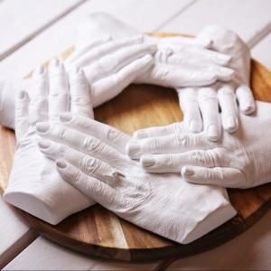 moulage-mains-famille-plâtre-enfants