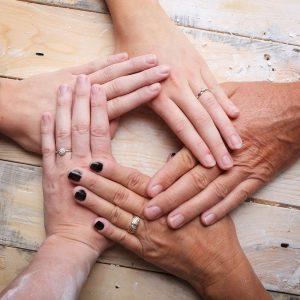 moulage-creation-platre-alginate-cinq-mains-adultes-famille-avant